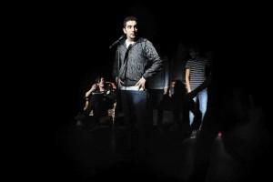الممثل السوري جوني مهنا يؤدي على خشبة المسرح في فيينا، النمسا