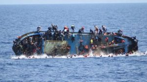 غرق مركب للاجئين قبالة سواحل إيطاليا - رويترز