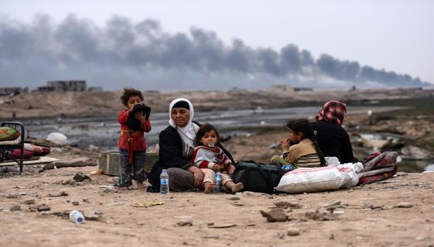 أسرة عراقية نازحة من الموصل أثناء المعارك  - فرانس برس